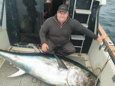 Alexander Nilsson med makrellstørja på 197 kilo som ble tatt ved Grip mandag.