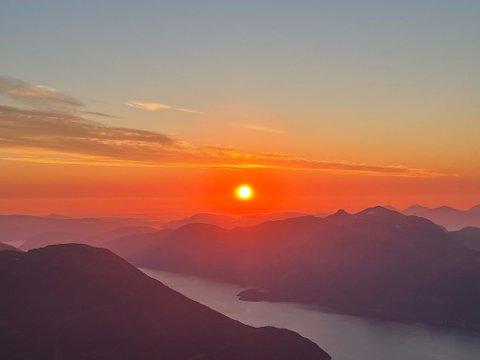 Fra toppen: Bilder fra Litjkalken 3/7-21. Var på toppen klokken 23.00, var heldige og fikk med oss solnedgangen. Foto: Marita Stafsnes