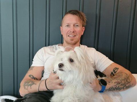 Sosiale: Både hunden Disney og Stig Oldervik er over snittet glad i folk. – Det må du nesten være for å jobbe som instruktør og vaktmester, smiler Stig.