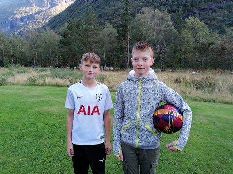 Klare for cup: Fra venstre Sander Høydal Furu og Einar Røen har spilt fotball i sju år og synes det er bra det blir Hydro Cup i år. – En dag er bedre enn ingen, mener de.