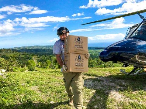Helikopterfrakt: Frank Oddbjørn Sandbye-Ruud leverte nødhjelp med helikopter til avsideliggende landsbyer. – Det var helt porno. Jeg elsker helikopter, sier han.