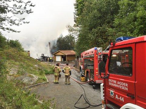 HJELP FRA RISØR: To brannmenn og en tankbil forsterket de sju brannmennene fra Gjerstad.