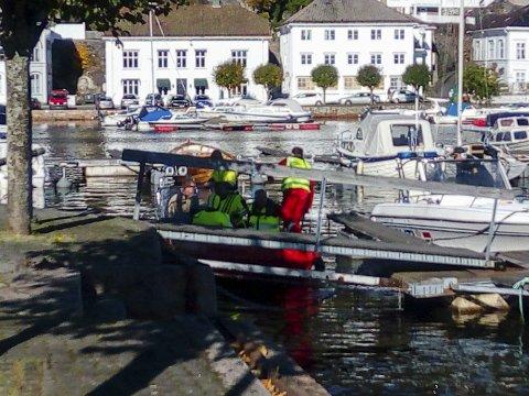 KUNNE IKKE BRUKES: Søndag forsøkte politiet uten hell å få start på båten sin. Det ble torsdag tatt opp i formannsskapet. foto: halvar ellefsen