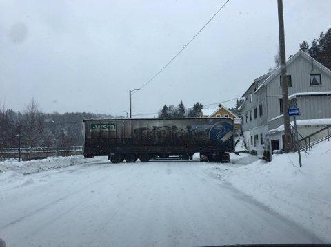 PÅ TVERS: Den estiske lastebilen lagde lengre køer i begge retninger ved Sundebru.