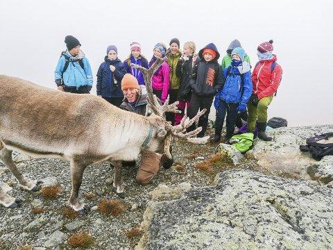 På tur: Elevene fra Søndeled skole fikk utfordret seg skikkelig under turen til Langedrag. Her er de p toppen av Skriufjellet i tåkehavet.Foto: Søndeled skole