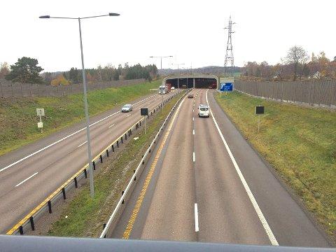 Slik bygges motorvei i dag der den går gjennom bebyggelse, med høye støyskjermer og støyvoller.