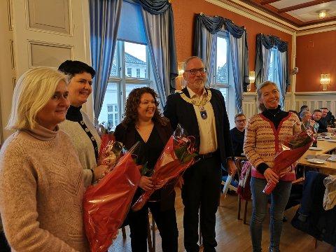 Wenche Karlsen, Amra Cemalovic, Rannveig Hansen og Trine Mykland mottok prisen av ordfører Per Kr. Lunden. Nina Lindland Risholt fra Hope skole kunne ikke være med.