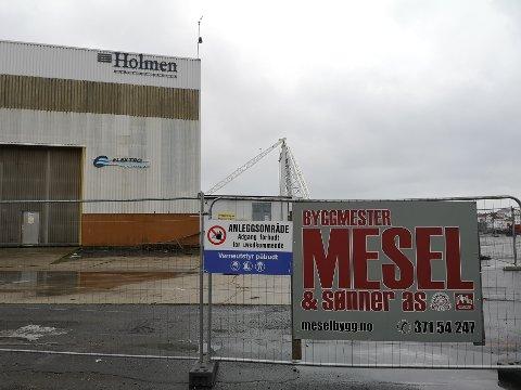 Utbyggerne på Holmen vil ikke si noe om hvem som skal bygge ut. Men Mesel og sønner har fått på plass sine byggherreskilt på Holmen. Kontraktene skal ikke være undertegnet ennå, derfor hemmelighetskremmeriet.