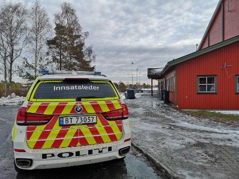 Politiet, her ved Risørhallen i dag, der det ble etablert et KO i søket etter den savnede mannen som nå er funnet død.