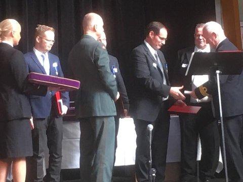 Til høyre på bildet mottar Tore Bjørn Torbjørnsen Hovde medaljen for sin innsats i fredens tjeneste.