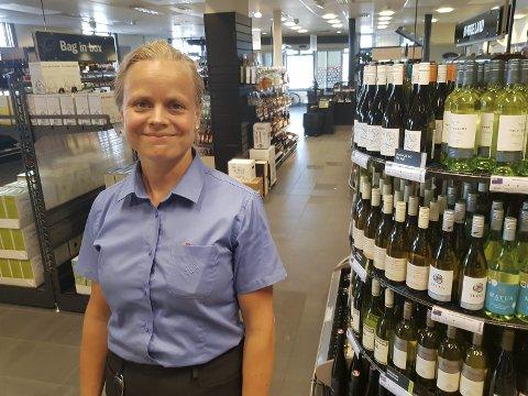 Fornøyd: Maria Kildal og de ansatte på Vinmonopolet merker at det er godt vær. Folk handler masse rosévin, hvitvin og bobler. Foto: LT