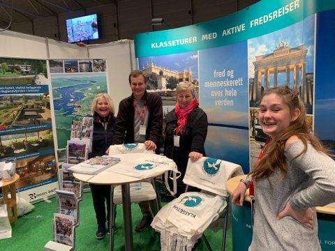 Ordfører Per Kr. Lunden var innom årets reiselivsmesse og tok dette bildet av Aktive fredsreiser sin stand. Fra venstre står Gunn Heidi Stø, Per Christian Terkelsen og Berit Aakre. Helt til høyre står Ine Marie Stø Arntzen.