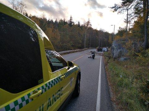 Bilen har kjørt rett av veien like etter Bossvika.  Føreren av motorsykkelen på bildet, ankom stedet etter ulykken hadde inntruffet og var behjelpelig med dirigering av trafikken.