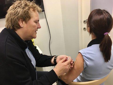 Stikk: Farmasøyt Grethe B. Hansen ved Apotek 1 på Brokelandsheia vaksinerer kollega Hege Eriksen Haugen.FOTO: IVER SØRDAHL