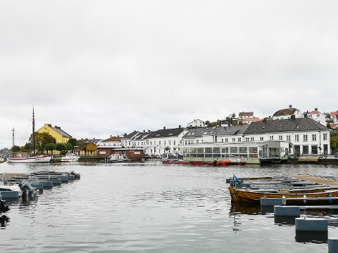 Øyvind Sletten drømmer om at man skal se husrekken i Strandgata når man står på Solsiden. Servicebygget, Esso-bygget og Brygga ønsker han revet.