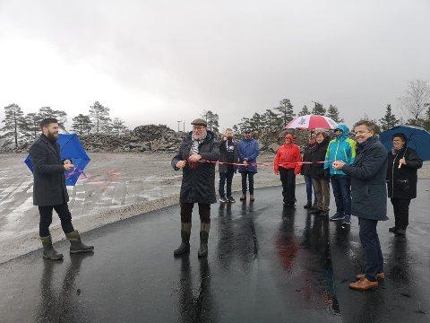 Næringssjef Bård Vestøl Birkedal (t.v.) og rådmann Trond Aslaksen (t.h.) holdt snora, mens ordfører Per Kristian Lunden sto for den offisielle åpningen.