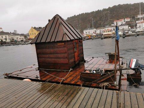 Midlertid badstu: Risør Havbad har satt en midlertidig flytende badstu ved moloen i Strandgata. Nå håper de å bli endel av planene for området rundt dampskipsbrygga.