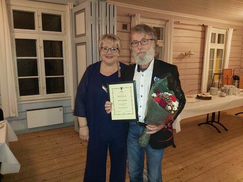 OVERRASKET: Avtroppende politiker Knut Hagelia ante ikke hva ordfører Inger Løite hadde stelt i stand for ham, da han dukket opp på kommunestyrets juleavslutningen torsdag kveld.