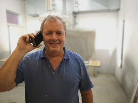 Kai Patricksson kan endelig svare på telefoner inne i lokalet til firmaet sitt.