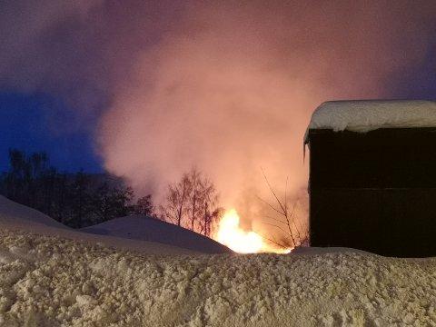 Brannen på Akland er kraftig, og bygget står ikke til å reddes.