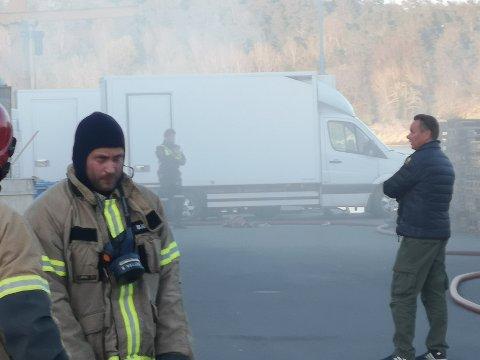 Jim Berg (t.h) på utsiden av Fiskemottaket under brannen mandag.