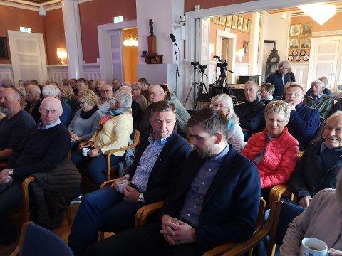 Fullt hus på folkemøtet.