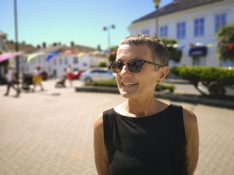 Markedsgeneralen: Tone Lindegaard på Risør torv, kun få timer til de 103 kunstnerne inntar torvet til det 40. Villvinmarkedet. Foto: HPB
