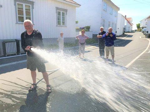 Olav Njaastad har opplevd brann i nabolaget før, i dag fikk han prøve seg med slangen. -Dette er veldig viktig å lære for oss som bor i den tette trehusbebyggelsen, sier han.
