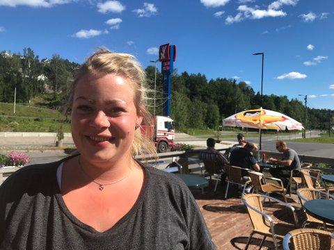 Blidere kokk skal man lete en stund etter. Camilla Christensen er kokk på fjerde året for Sørlandsporten på Akland. I bakgrunnen sitter noen av stamgjestene som lovpriser stedet som har tradisjoner tilbake til 1970-tallet.