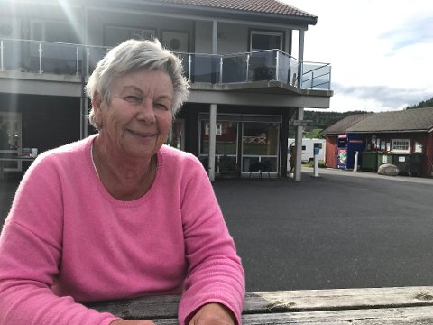 """MOR MOEN: Karen Lerpold har drevet campingen i 30 år, og før det familien hennes i ytterligere 20 år. Hun er involvert i prosjektet """"Hjerterom"""" i regi av Blå Kors. Karen mener det er viktig å bidra."""