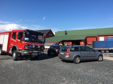 Det oppsto fyr i en pussemaskin i Risør trebåtbyggeri i dag. Brannvesenet har nå kontroll på situasjonen, men industrilokalet er fortsatt røykfylt.