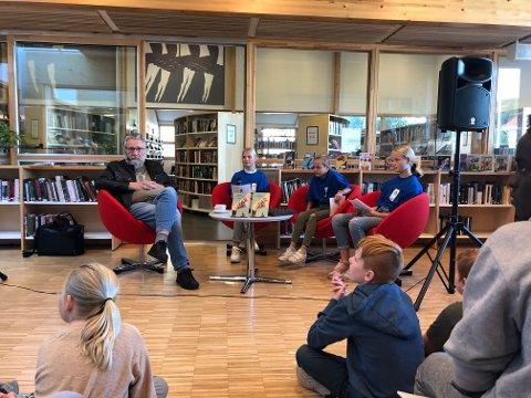 Dagens bokbad var ledet av fem jenter fra Risør barneskole. Jentene stilte gode og kritiske spørsmål til forfatteren Bjørn Ingvaldsen.