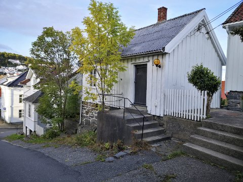 STRIDENS LILLE KJERNE: Det er dette huset i Rådhusgata 14 det nå knives om. Huset er for lite å kunne bo i hele året, mener kjøper og hans jurist, mens kommunen og politikerne er ikke enig.Foto: HPB
