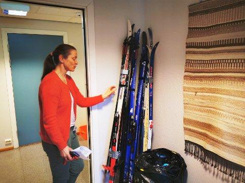 Karin Oseid ved RIsør ungdomsskole er en av dem som organiserer låneordningen skolen nå ønsker å få på plass. Hun har akkurat sikret seg skiutstyr fra Fretex.