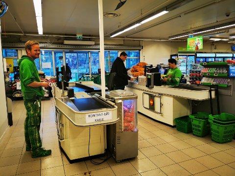 Luftigere: Eivind Hassel er fornøyd med den effektive ryddesjauen i kasseområdet på Kiwi. – Nå ser vi kundene bedre når de kommer inn, og det er hyggelig, sier han.