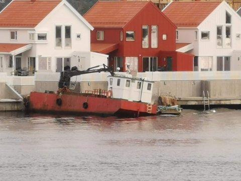 """Lars Ivar Nupen og m/s """"Huldra"""" var allerede tirsdag i gang med å legge ut flytebrygga Trond Valle har fått tillatelse til å  plassere  i  småbåthavna på Holmens sørside.."""