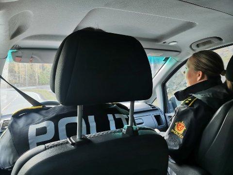Mye av arbeidsdagen til politiet foregår i bilen, på vei til eller fra oppdrag. I dag er det refleksvester som skal deles ut på barneskolene, av politikontaktene i Holt lennsmannsdistrikt, Morten Tobiassen og Margrethe Solvang.
