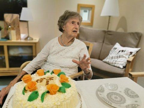 – Er det noe å skrive om i avisa? At jeg er 100 år? Jeg kan ikke noe for det! sier Minne Røyneland. På bursdagen sin fortalte hun både om livet under krigen, arbeidslivet og livet på gården på Akland.