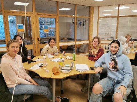Elever ved 3. klasse studiespesialisering forteller om en skole med høy trivsel og god kontakt med lærerne. Fra høyre: Maria Eimhjellen Langan, Katarina Watts, Sanjat Vangaeva, Petimat Shakhaeva og Mathilde Hovland.