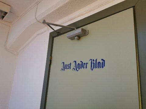 Denne døra blir lukket for besøkende til avisens redaksjon i tida fremover. Du når redaksjonen på telefon og epost.