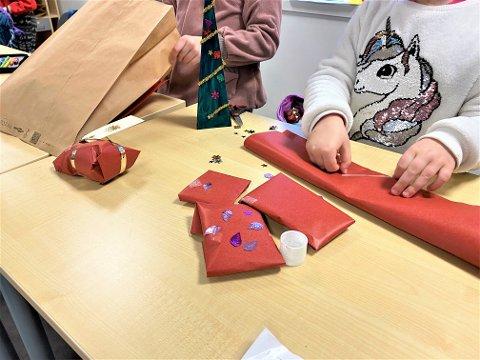 I og med at Kiwanis i Gjerstad ikke kunne arrangere juleverksted i år, donerte de heller penger til Abel skole så de kunne arrangere det selv.