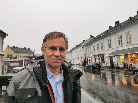 Risør slipper å lete etter ny kommuneoverlege, etter at Hans Tomter nå har bestemt seg for å fortsette i jobben i Risør. Tvedestrand har allerede fått på plass en ny kommuneoverlege.
