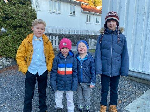Jonas (8), Rio (7), Anker (5) og Julian (10) har kommet med sine familier fra både Asker og Risør for å være med på den første julegudstjenesten i Risør kirke.