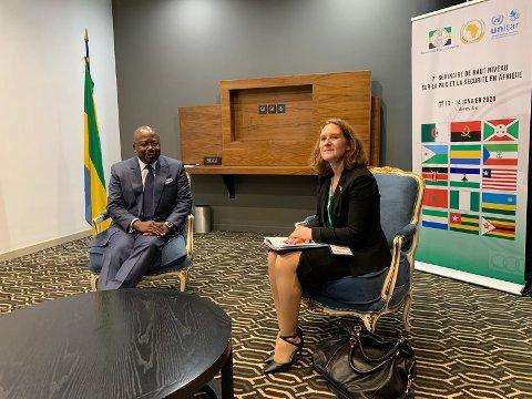 Elisabeth Schwabe-Hansen sammen med Gabons (daværende utenriksminister) Alain Claude Bilie-By-Nze fra et besøk i Libreville i januar 2020.