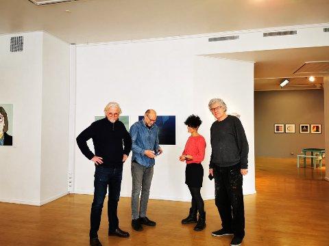 Utstillingen Visuell replikk holder åpent også kommende helg. Den store interessen fra publikum settes pris på av kunstnerne i Risør Kunstpark. F.v. Ketil Sand, Arnfinn Haugen, Maria Jonsson og Sigurd Lindstrøm.