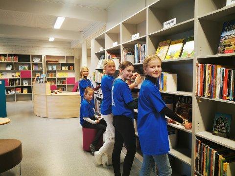 Sofia Kildahl, Nora Emilie Ibsen Gustavsen, Andrine Vegard Ahlquist, Mari Sollie og Annica Paust-Varga gleder seg til å formidle nye bøker til andre elever på skolen.