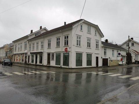 MEST: Prosjektet med å bytte ut taket på Havnegata 8 var det prosjektet som fikk mest penger fra kulturminnefondet i 2019, da blant søkerne i Risør og Gjerstad.