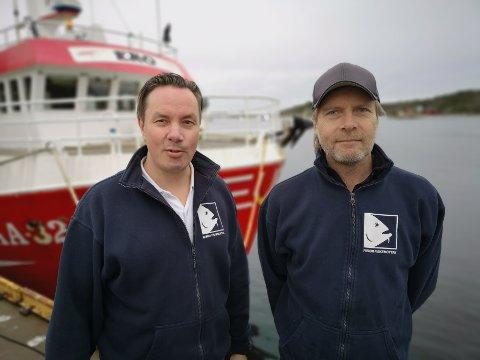 STILLER OPP: Fiskemottaksinnehaver Jim Berg (t.v) og Håkon Skåli står klare til å levere fisk, selv om folk holder seg hjemme.