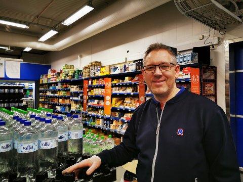 Stein Roar Høgli vil foreløpig ikke sette begrensninger på kundene. Han sier det likevel kan bli aktuelt hvis hamstringen fortsetter.
