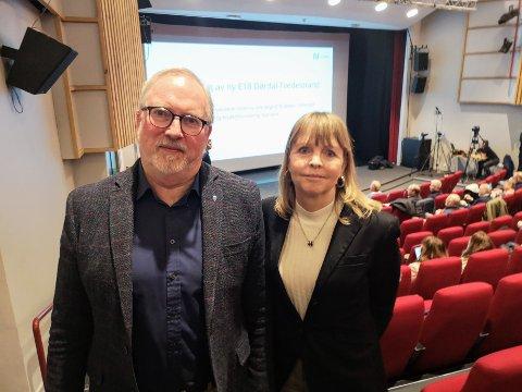TOPPTUNGT: Administrerende direktør i Nye Veier, Anette Aanesland hadde tatt turen til Risørhuset denne mandagen. Her sammen med risørordfører Per Kristian Lunden (Ap), som også leder det internkommunale plansamarbeidet.